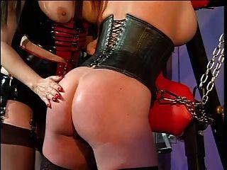 बड़े स्तन रेड इंडियन और एक बीडीएसएम सत्र में उसकी मालकिन