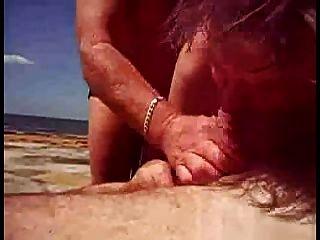 उसे समुद्र तट पर सह मदद