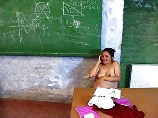 गर्भवती शिक्षक उसे मेज में masturbates