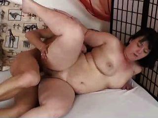पुराने मोटा श्यामला हस्तमैथुन और युवा के साथ कमबख्त