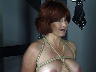 अच्छा स्तन और गधे के साथ नग्न रेड इंडियन बीडीएसएम तहखाने में मार पड़ी है