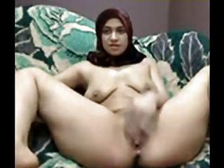 हिजाब के साथ अरब लड़की कैम पर उसे बिल्ली खेलने