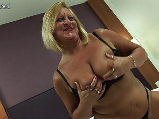 हॉट ब्रिटिश दादी उसे dildo प्यार करता है