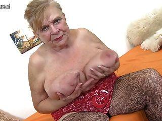 दादी बहुत बड़े स्तन के साथ बहुत पुराने दादी
