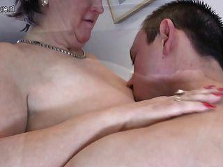 बूढ़ी दादी बेकार है और उसके toyboy बेकार