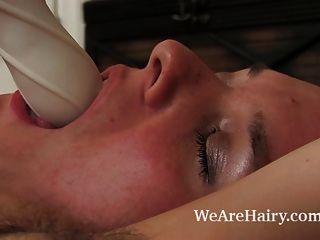 बालों जैकी Paige उसकी शैग कालीन पर masturbates