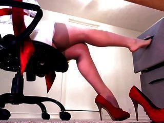 नग्न मोज़ा और लाल ऊँची एड़ी के जूते में सही पैर