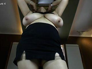 बड़े स्तन और भूख योनि के साथ उत्तम दर्जे का दादी