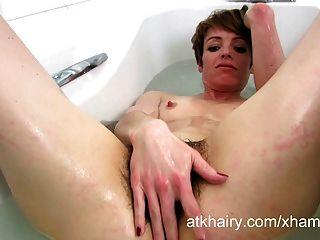 मारिया साबुन के पानी में उसके बालों झाड़ी washes