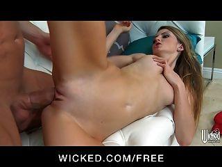 खूबसूरत सेक्सी किशोरों Staci सिल्वरस्टोन उसके लचीलेपन से पता चलता है