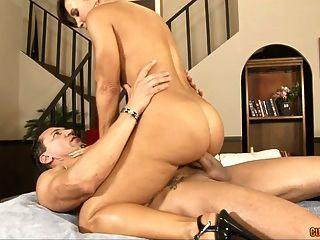 बड़े स्तन के साथ गर्म सेक्स मालिश