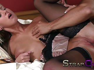 बड़े स्तन के साथ strapon युवा गोरा दोनों छेद फैला है
