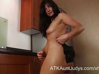 Lelani tizzie रसोई में masturbates।