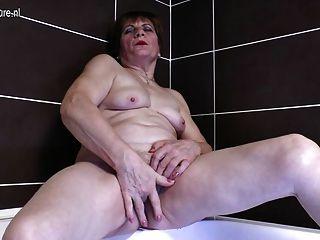 शौकिया दादी स्नान में हस्तमैथुन