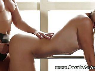उसे strapon के साथ उत्तम दर्जे का समलैंगिक पेगिंग देवी