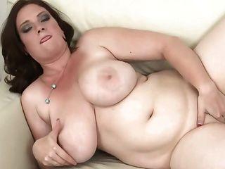 विशाल स्तन के साथ श्यामला Dildoing