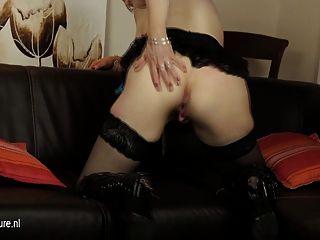 यूरोपीय परिपक्व माँ सोफे पर उसे dildo के साथ खेल