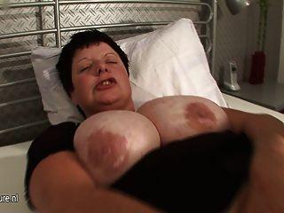 बड़े titted माँ squirts भारी जब वह cums