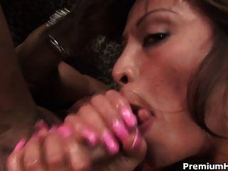 एशियाई Jayna Oso गहरी blowjob
