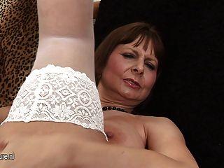 बड़े titted माँ खेल रहा है और सींग का बना हो रही है
