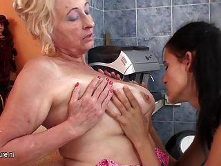 गर्म लड़की एक परिपक्व लेस्बियन माँ fisting