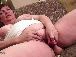 इस बड़ी माँ द्वारा खुद को गीला पाने के लिए प्यार करता है