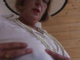 उसके स्तन और बिल्ली के साथ खेल रहा है ब्रिटिश दादी