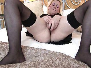 सेक्सी ब्रिटिश माँ उसे बिल्ली सब गीला हो जाता है