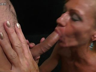 बेटे licks और fucks गर्म परिपक्व नहीं उसकी माँ