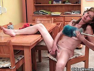 छोटे saggy स्तन और बालों योनी के साथ निर्बल दादी