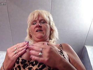वास्तविक दादी उसे पुराने योनी सुखदायक