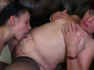 परिपक्व समलैंगिक माँ fucks जवान लड़की