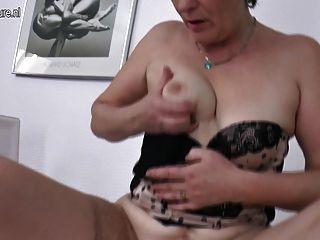 बालों परिपक्व माँ उसके पुराने योनी हिलाता