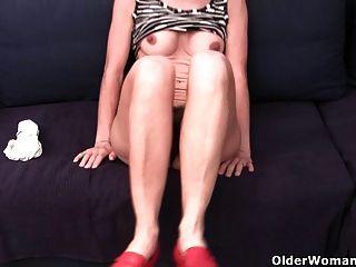 लथपथ पैंटी में दादी बालों और सूजन योनी छूत