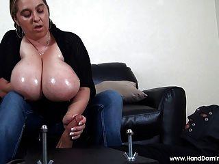 बड़ी प्राकृतिक स्तनों के साथ कम से कम Handjob तंग