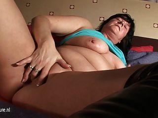प्राकृतिक माँ रीता खुद के साथ खेलने के लिए प्यार करता है