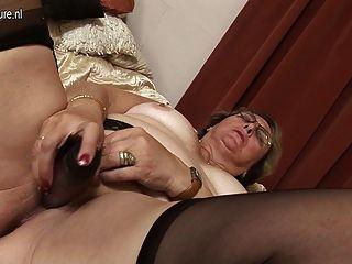 बड़ी दादी खुद से गीली हो रही प्यार करता है
