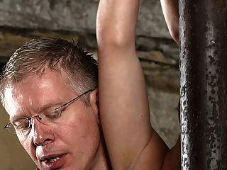 बीडीएसएम दास लड़का बांध दिया और milked schwule jungs
