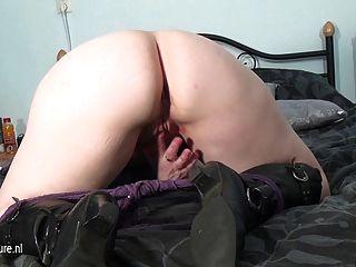 शौकिया परिपक्व माँ Masturbating