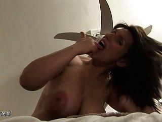 संचिका गर्भवती परिपक्व माँ उसे undies गीला हो जाता है
