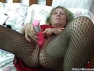 बड़े स्तन के साथ ब्रिटिश दादी उसे एक इलाज पिछाड़ी देता है
