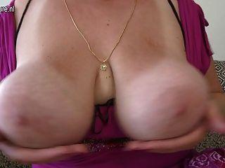 वसा गधा और भारी स्तन के साथ भव्य माँ
