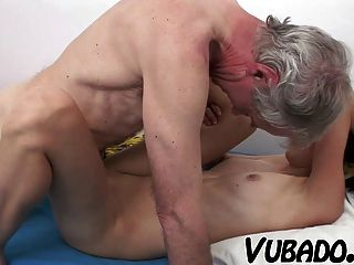 स्लिम श्यामला एक बूढ़े आदमी द्वारा गड़बड़ हो !!