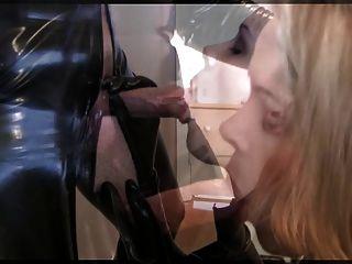 लेटेक्स III में लड़की blowjob