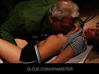युवा लड़की सिखाता है बूढ़े आदमी चुंबन और कमबख्त