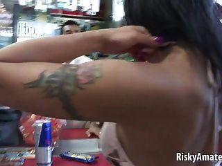 प्यारा शौकिया लड़की एक कार में masturbates