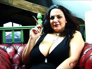 Mellie डी के साथ बड़े उल्लू सिगार धूम्रपान बुत