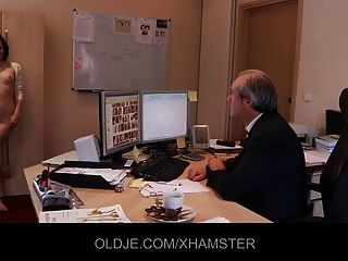 सेक्सी सचिव स्ट्रिपटीज अपने पुराने बॉस को