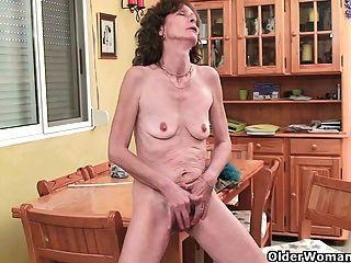 saggy दादी उंगली उसके बालों बिल्ली fucks