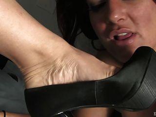 मेज के नीचे पैर बुत